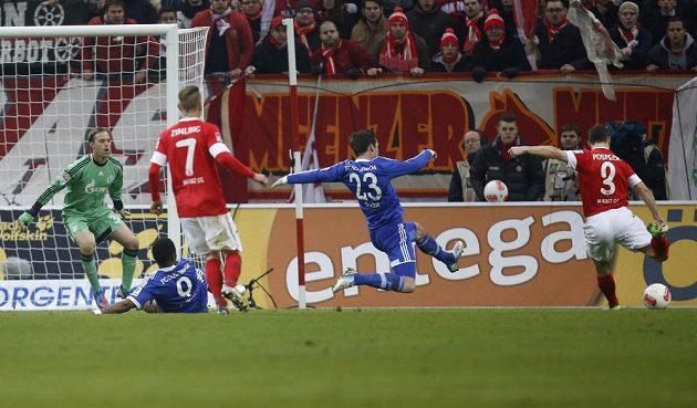Zdeněk Pospěch (vpravo) tímto přesným zásahem překonal brankáře Schalke 04 Tima Hildebranda.