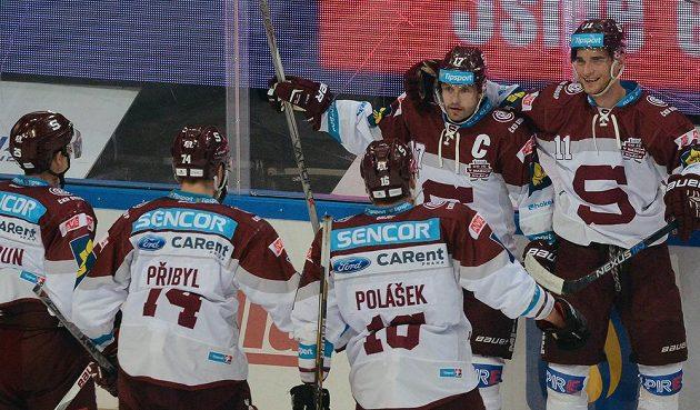 Hokejisté Sparty se radují z gólu proti Zlínu. Zleva Michal Dragoun, Daniel Přibyl, Adam Polášek, střelec gólu Jaroslav Hlinka a asistující Vladimír Eminger.