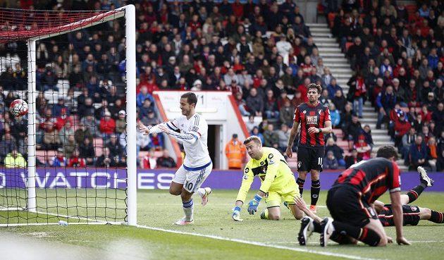 Eden Hazard (10) z Chelsea se raduje po gólu proti Bournemouthu.