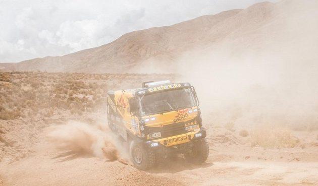 Martin Macík a jeho kamión Liaz skrytý v oblaku prachu při čtvrté etapě Rallye Dakar.