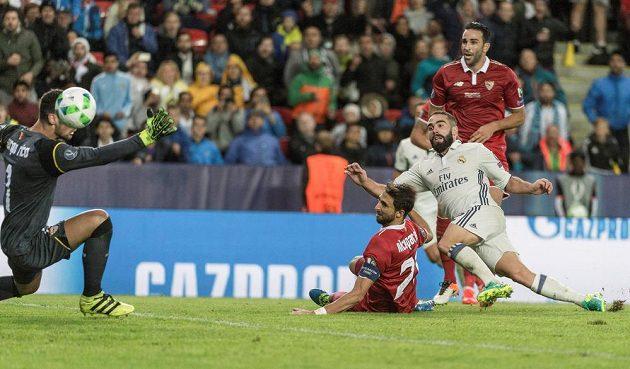 Vítězný gól Bílého baletu a první trofej v sezóně vystřelil pro Real obránce Dani Carvajal (druhý zprava).