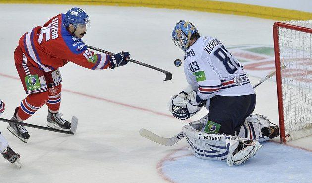 Útočník Lva Justin Azevedo v šanci před brankářem Vasilijem Košečkinem.