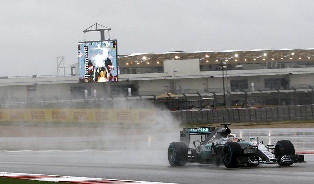 Třetí volný trénink vyhrál v sobotu v náročných podmínkách britský lídr mistrovství světa Lewis Hamilton z Mercedesu (na snímku).