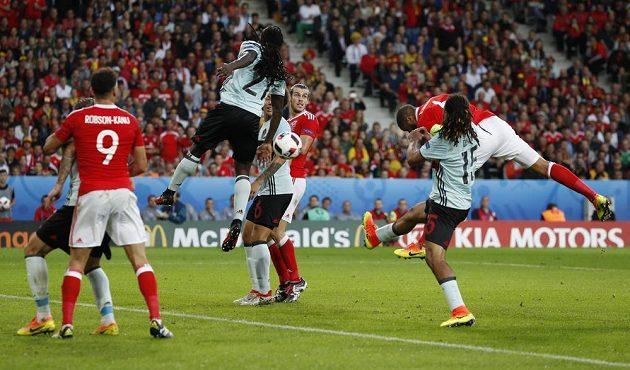 Ashley Williams (ve výskoku vpravo) střílí hlavou vyrovnávací gól ve čtvrtfinálové partii s Belgií.