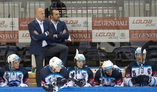 Hlavní trenér Plzně Martin Straka (vlevo) a jeho asistent Ladislav Čihák mohli být s výkonem svého týmu proti Spartě spokojení.