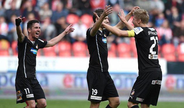 Fotbalisté Plzně (zleva) Milan Pertžela, Jan Kovařík a Václav Procházka oslavují první gól proti Slavii.