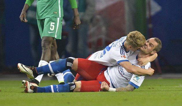 Pierre-Michel Lasogga z Hamburku jásá po gólu proti Brémám. Objímá ho spoluhráč Matthias Ostrzolek.
