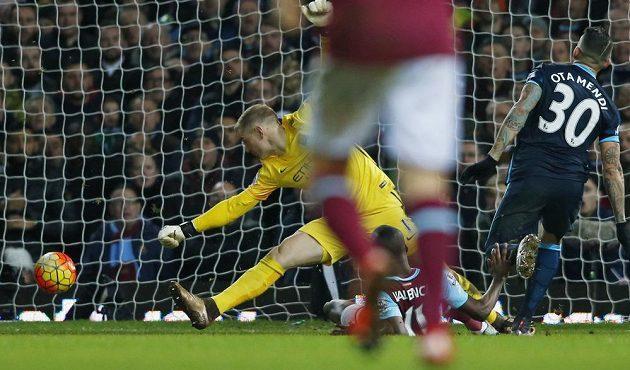 Enner Valencia z West Hamu střílí svůj druhý gól do sítě Manchesteru City v zápase 23. kola anglické Premier League.
