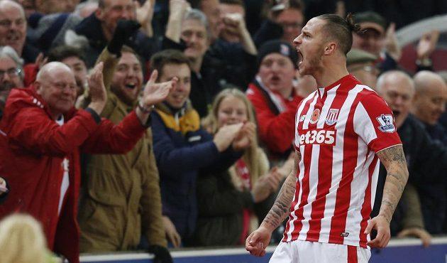 Marko Arnautovic jásá po gólu, kterým poslal Stoke City do vedení v utkání s Chelsea.
