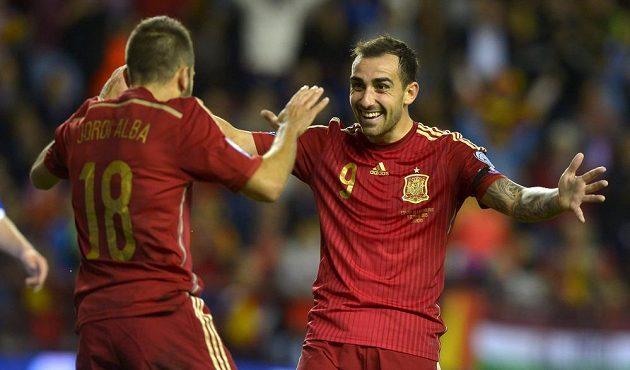 Španělé Jordi Alba (zády) a Paco Alcácer slaví vstřelený gól proti Lucembursku.