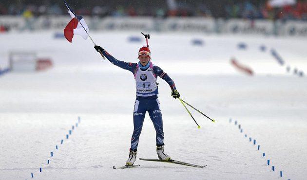Finišmanka české biatlonové štafety Veronika Vítková dojíždí do cíle závodu v Ruhpoldingu na prvním místě.