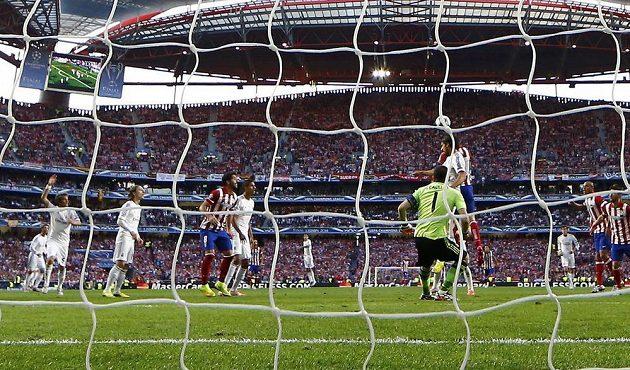 Z hlavy Diega Godína z Atlétika už balón míří přes vyběhnuvšího gólmana Realu Ikera Casillase.