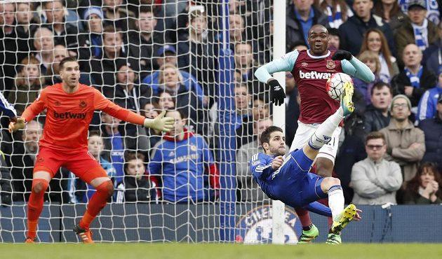 Nůžky Cesca Fábregase v duelu proti West Hamu United.