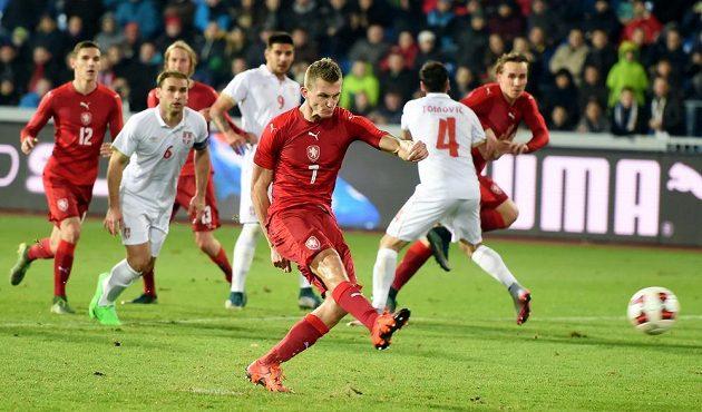 Český útočník Tomáš Necid střílí gól z penalty v utkání proti Srbsku.