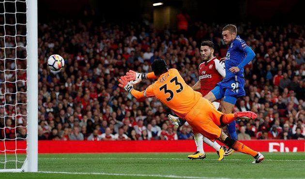Brankář Petr Čech z Arsenalu a Jamie Vardy, který proměňuje spoluhráčův centr v gól Leicesteru.