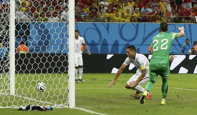 Američan Clint Dempsey střílí gól do sítě Portugalska.