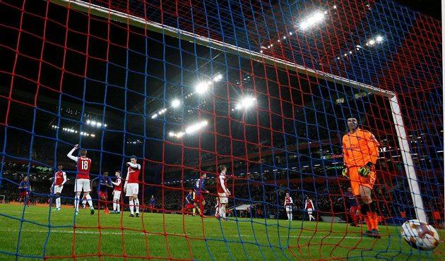 Brankář Arsenalu Petr Čech lovil v odvetném čtvrtfinálovém duelu s CSKA míč ze sítě celkem dvakrát.