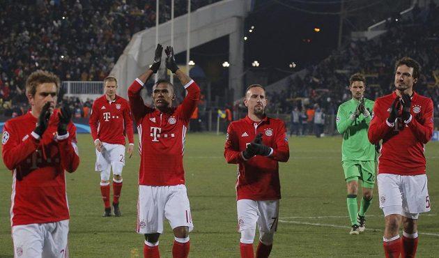Zklamaní fotbalisté Bayernu opouštějí hrací plochu v Rostově a děkují fanouškům za podporu.