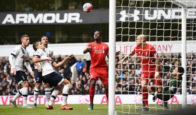 Liverpoolský Divock Origi sleduje, jak se míč po jeho střele odrazil od břevna brány Tottenhamu.