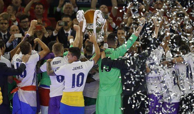 """Fotbalisté Realu Madrid s """"ušatým"""" pohárem pro vítěze Ligy mistrů."""