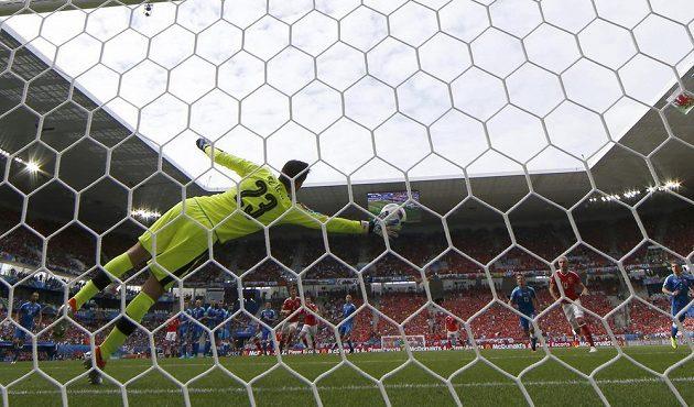 Slovenský brankář Matúš Kozáčik se marně natahoval na přímý kop Garetha Balea z Walesu.