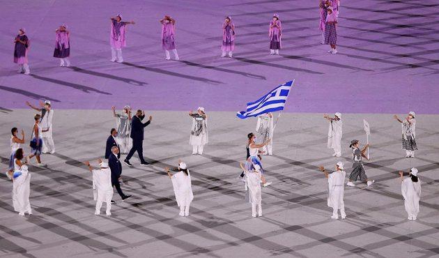 Řecká výprava nastupuje tradičně jako první během zahajovacího ceremoniálu LOH 2021 v Tokiu.