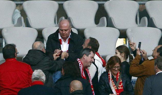 Bývalý prezident Bayernu Uli Hoeness sledoval remízu s Hoffenheimem a byl středem zájmu fanoušků.