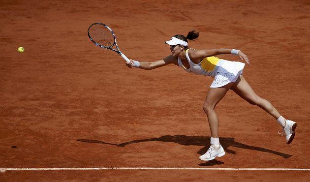 Španělská tenistka Garbiňe Muguruzaová v zápse s Lucií Šafářovou ve čtvrtfinále French Open.