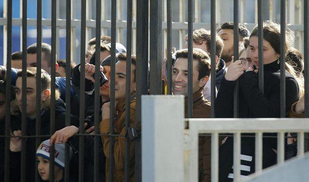 Fanoušci mohli trénink hvězdného týmu sledovat aspoň přes mříže.