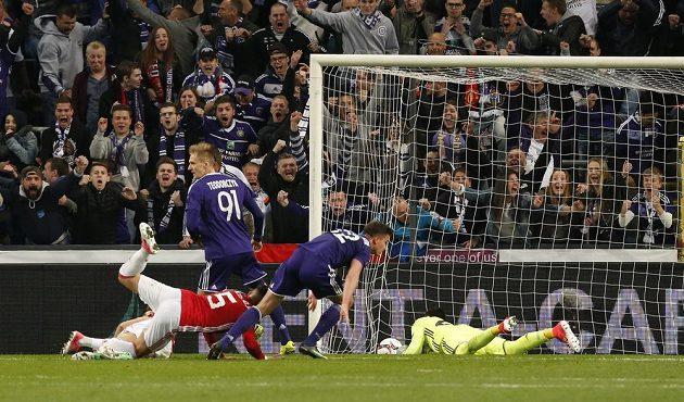 Leander Dendoncker (druhý zprava) jedinou přímou střelou na branku Manchesteru United rozhodl o remíze Anderlechtu s anglickým gigantem.