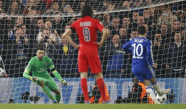 Eden Hazard z Chelsea proměňuje penaltu v prodloužení odvetné bitvy osmifinále Ligy mistrů proti Paris St. Germain. Vítězný gól to nakonec nebyl.