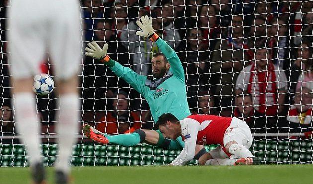 Mesut Özil z Arsenalu hlavou překonává Eduarda v bráně Dinama Záhřeb v utkání LM.