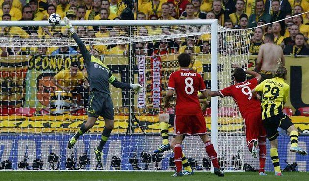 Brankář Dortmundu Roman Weidenfeller vytahuje nad břevno hlavičku Maria Mandžukiče.