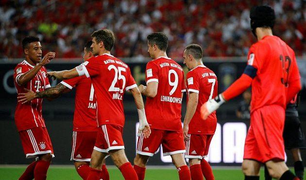 Překonaný Petr Čech smutně sleduje radost hráčů Bayernu po penaltě, kterou proměnil Robert Lewandowski.