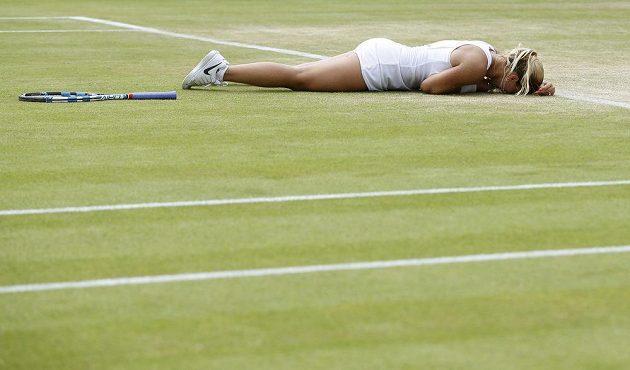 Radost Dominiky Cibulkové po vítězství nad Polkou Agnieszkou Radwaňskou v osmifinále Wimbledonu.