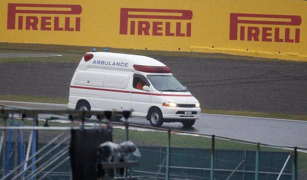 Sanitka odváží jezdce Marussie Julesa Bianchiho.