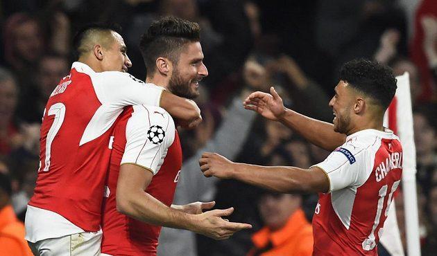 Olivier Giroud a jeho spoluhráči z Arsenalu Alexis Sánchez a Alex Oxlade Chamberlain slaví vedoucí gól francouzského útočníka nad Bayernem.
