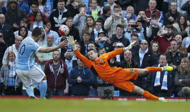 Sergio Agüero z Manchesteru City dává gól z penalty. Brankář Stoke City Shay Given se natahoval marně.