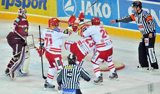 Třinečtí hokejisté v bílém (zleva) David Nosek, Jiří Polanský a Zbyněk Irgl se radují z úvodního gólu, vlevo brankář Filip Novotný ze Sparty.