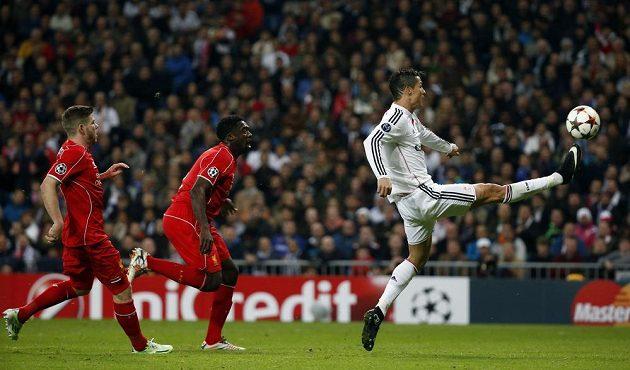 Cristiano Ronaldo z Realu Madrid při střeleckém pokusu proti Liverpoolu v utkání Ligy mistrů.