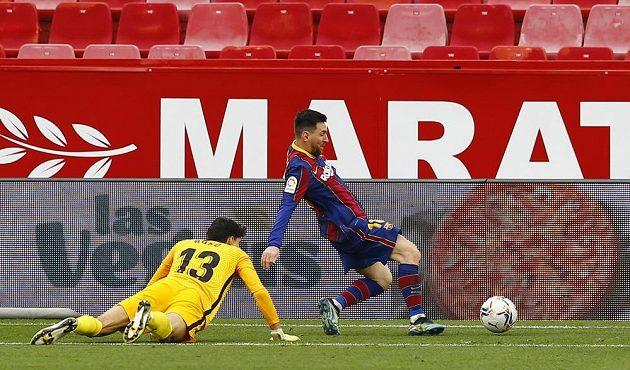 Barcelonský Lionel Messi skóruje proti Seville.