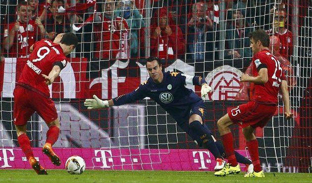 Robert Lewandowski (vlevo) střílí gól brankáři Wolfsburgu Diegovi Benagliovi.