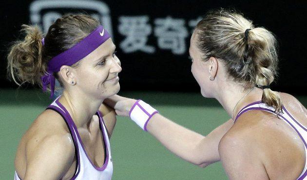 Lucie Šafářová (vlevo) a Petra Kvitová po konci vzájemného zápasu na Turnaji mistryň.
