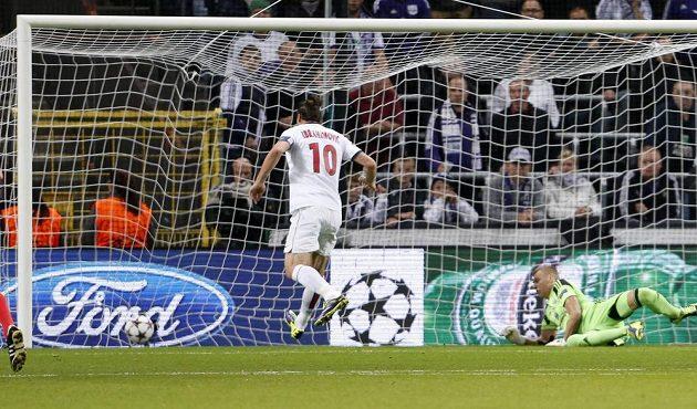 Útočník Paris Saint-Germain Zlatan Ibrahimovic dává gól brankáři Anderlechtu Thomasi Kaminskému (vpravo).