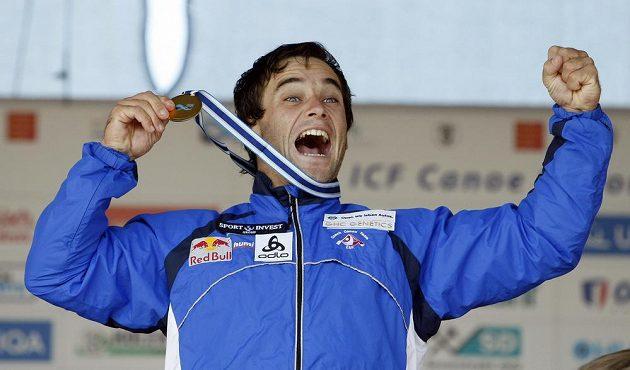 Vavřinec Hradilek oslavuje zisk zlaté medaile.