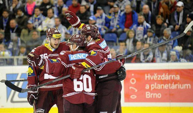 Hokejisté Sparty oslavují první gól proti Kometě Brno.