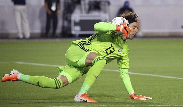 Gólman mexické fotbalové reprezentace Guillermo Ochoa zasahuje během duelu s Haiti.