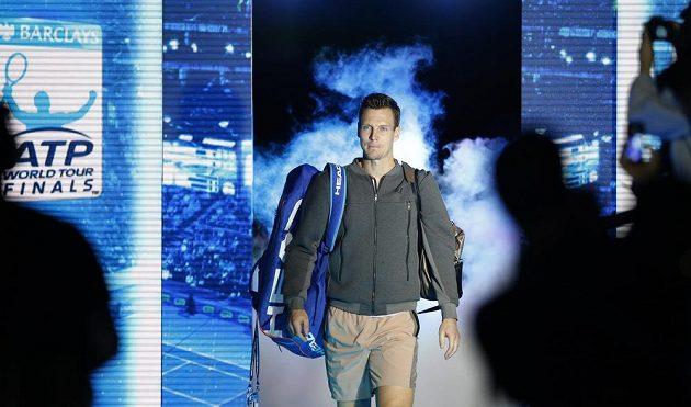 Tomáš Berdych vstupuje do londýnské arény před zápasem se Srbem Novakem Djokovičem.