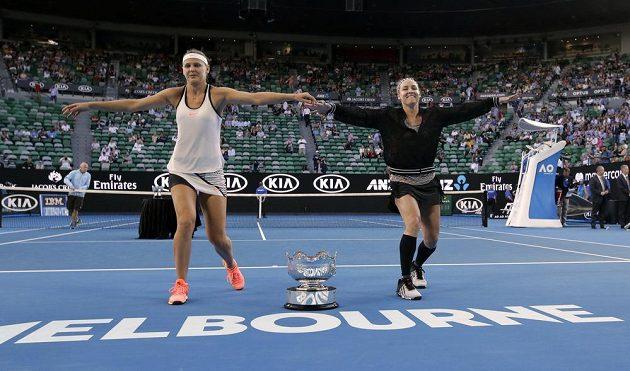Lucie Šafářová a Bethanie Matteková-Sandsová oslavují tanečkem vítězství ve čtyřhře.