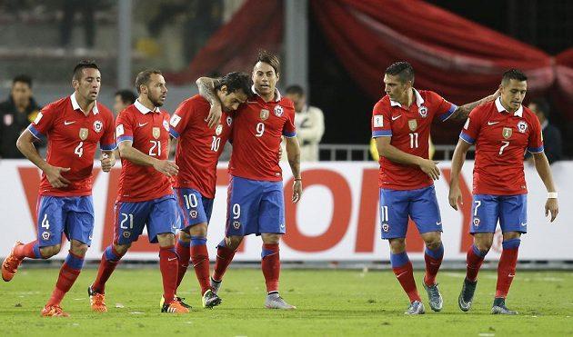 Chilští fotbalisté slaví vítězství 4:3 v Limě.